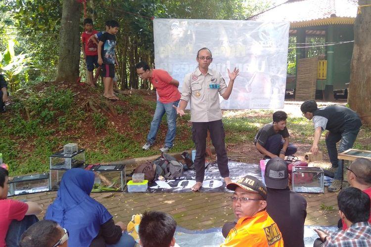Ketua Yayasan Sioux Ular Indonesia Aji Rachmat saat ditemui di Hutan Kota Pesanggrahan Jakarta Selatan, Senin (30/12/2019)