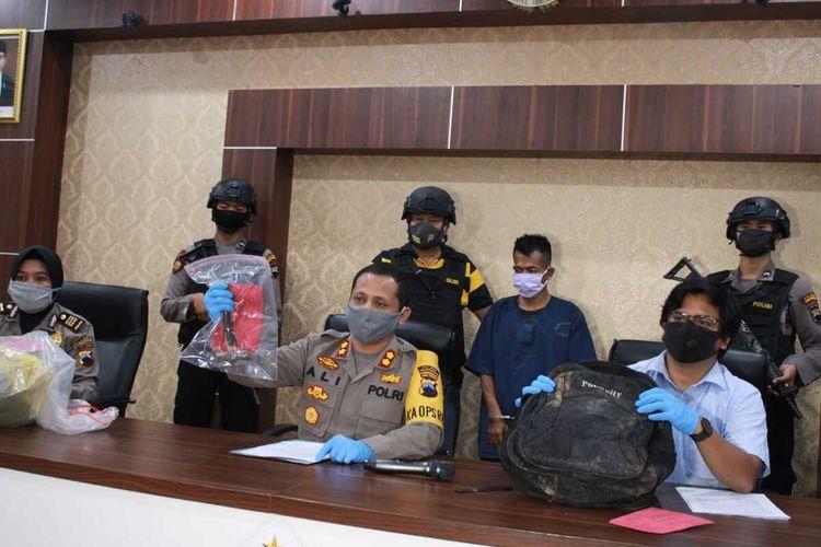 Polisi menunjukkan tersangka dan barang bukti pembunuhan balita dalam gelar perkara  di Mapolres Temanggung, Jawa Tengah, Kamis (14/5/2020) malam.