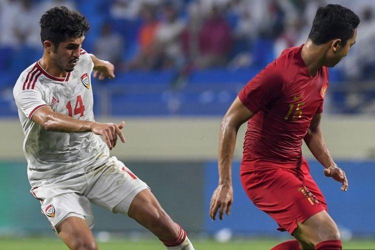 Khalil Ibrahim mencoba melewati Ricky Fajrin pada pertandingan Uni Emirat Arab vs Indonesia dalam laga kualifikasi Piala Dunia 2022 di Stadion Al Maktoum, 10 Oktober 2019.