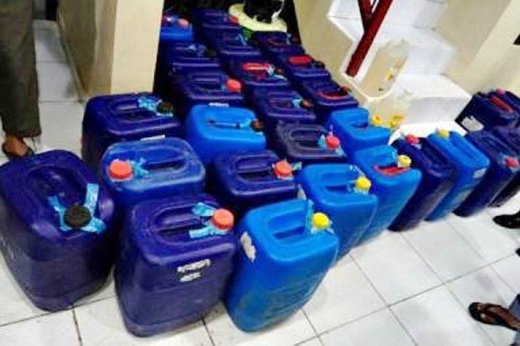 Barang bukti miras oplosan jenis sofi yang dikemas dalam puluhan jirigen saat diamankan di Polres Bima Kota, Sabtu (17/02/2018)