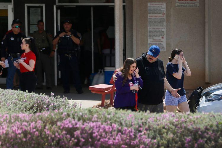 Warga berdatangkan ke TK MacArthur untuk melihat apakah ada keluarga atau teman mereka yang menjadi korban penembakan massal di Walmart El Paso, Texas, Amerika Serikat, yang menewaskan 20 orang pada Sabtu (3/8/2019).