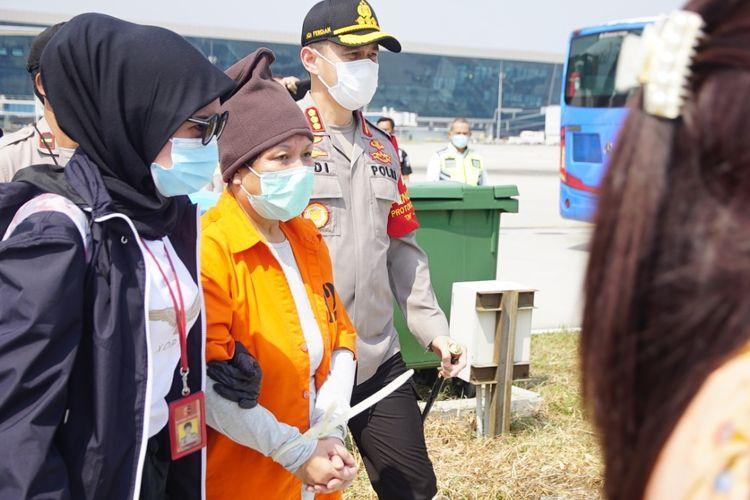 Maria Pauline Lumowa, buron kasus pembobolan BNI yang baru saja diekstradisi dan tiba di Bandara Soekarno-Hatta, Kamis (9/7/2020).