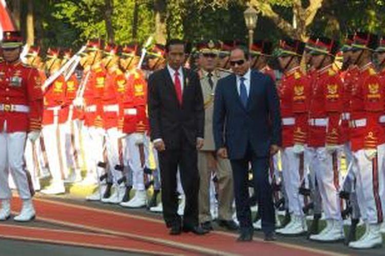 Presiden Joko Widodo mendampingi Presiden Arab Mesir Abdel Fattah Al-Sisi dalam sebuah upacara kenegaraan di halaman Istana Merdeka, Jakarta, Jumat (4/9/2015).