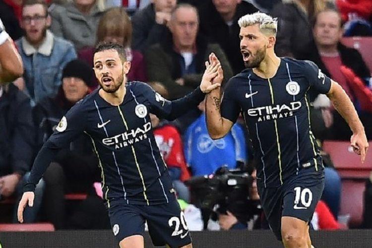 Striker Manchester City, Sergio Aguero (kanan), merayakan gol dengan gelandang Bernardo Silva saat melawan Southampton di Stadion St Mary, Inggris, pada 30 Desember 2018.