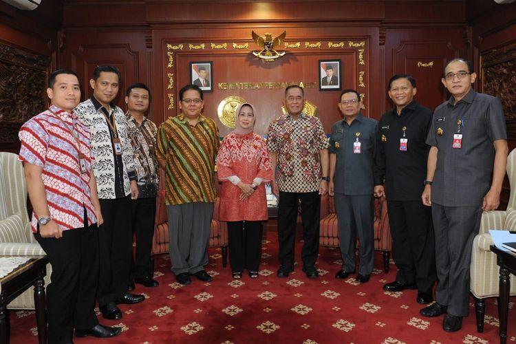 Menteri Pertahanan Ryamizard Ryacudu menerima Tim Ombudsman Republik Indonesia yang dipimpin oleh Ninik Rahayu bersama Adrianus Eliasta Meliala, Kamis (23/5/2019) di Kantor Kemhan, Jakarta.