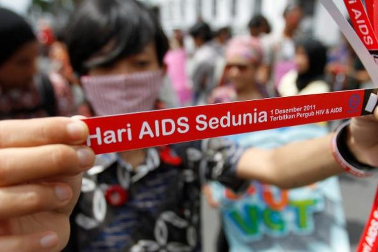 Aktivis mengelar aksi peringatan Hari AIDS di kawasan Nol Kilometer, Kota Yogyakarta, DI Yogyakarta, kamis (1/12/2011). Aksi yang diikuti oleh sejumlah elemen itu menyerukan hak-hak Orang dengan HIV/AIDS (ODHA) yang digelar tahunan tiap 1 Desember.
