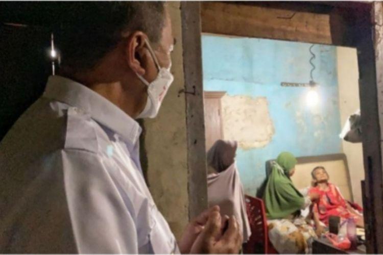 Gubernur Riau yang saat mengunjungi rumah nenek Nurliah dan melihat langsung kondisinya