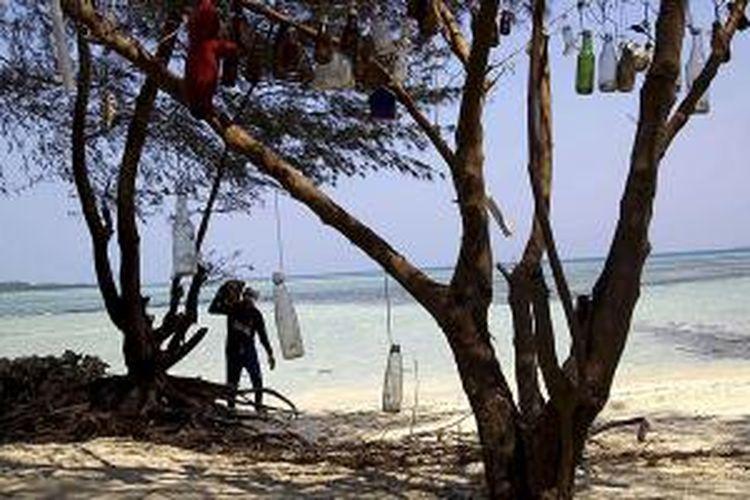 Aktivitas penambangan terumbu karang di Pulau Tikus, Kepulauan Seribu, Jakarta, Kamis (15/10/2015). Terumbu karang itu digunakan untuk menahan laju abrasi di pinggir pantai. Warga tak sadar bahwa merusak terumbu karang sama saja dengan menghancurkan ekosistem.