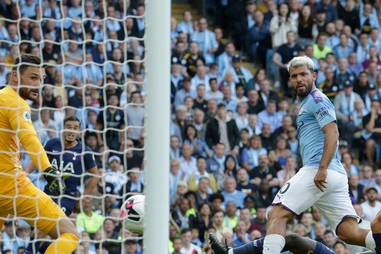 Sontekan Sergio Aguero menjebol gawang lawan pada pertandingan Manchester City vs Tottenham Hotspur di Stadion Etihad dalam lanjutan Liga Inggris, 17 Agustus 2019.