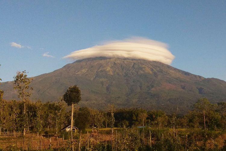 Gunung Lawu kembali bertopi  Rabu pagi Sejumlah warga menyaksikan fenomena Gunung Lawu bertopi dari pukul 0600 WIB hingga pukul 0700 WIB. Topi awan di Atas Gunung Lau berbentuk baret.