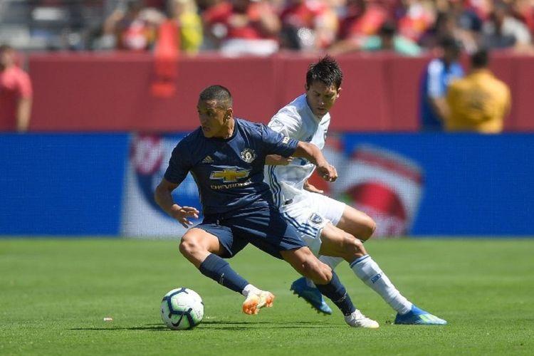 Alexis Sanchez mencoba melewati penjagaan Shea Salinas saat Manchester United berhadapan dengan San Jose Earthquakes di Stadion Levis, 22 Juli 2018.