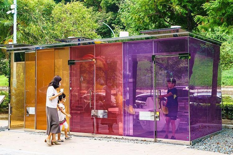 Toilet umum transparan di Taman Mini Yoyogi Fukamachi, Jepang.