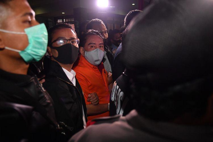 Petugas kepolisian membawa buronan kasus korupsi pengalihan hak tagih (cessie) Bank Bali Djoko Tjandra (kedua kiri) yang ditangkap di Malaysia setibanya di Bandara Halim Perdanakusuma Jakarta, Kamis (30/7/2020).
