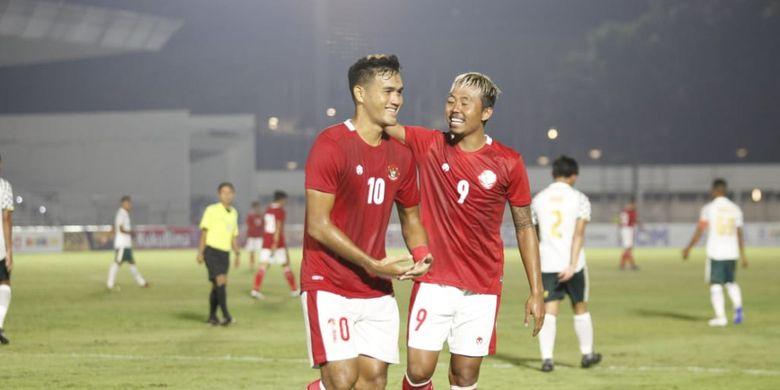 Penyerang timnas U22 Indonesia, M Rafli, merayakan golnya ke gawang Tira Persikabo bersama Kushedya Hari Yudo pada laga uji coba di Stadion Madya, Senayan, pada Jumat (5/3/2021).