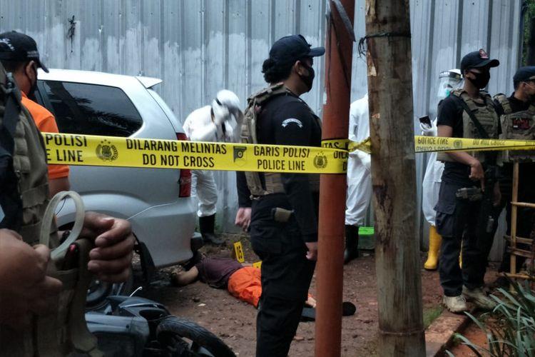 Jenazah A, tersangka begal, tergeletak di Jalan Papanggo, Jakarta Utara, Rabu (25/11/2028) setelah ditembak polisi karena melawan saat mau ditangkap. A dan temannya, S, sebelumnya membegal seorang  tukang ojek di Papanggo. Tukang ojek tersebut tewas.