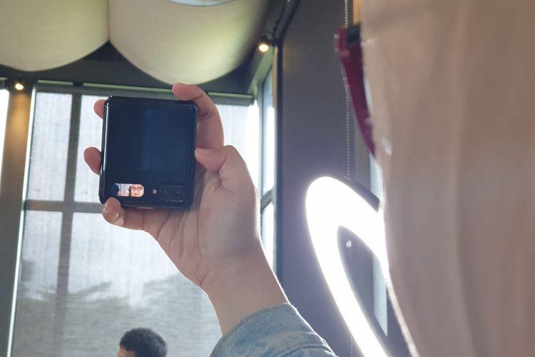Layar sekunder Galaxy Z Flip yang bisa digunakan sebagai mini viewfinder kamera depan.