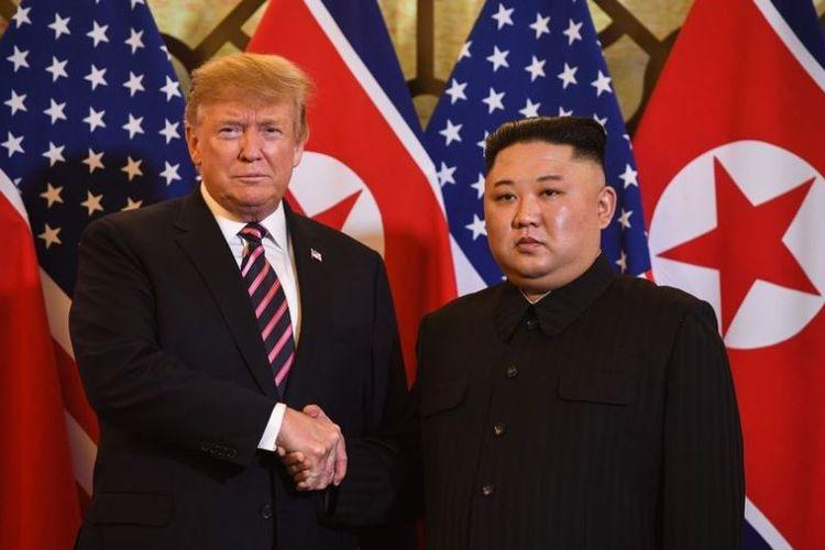 Presiden Amerika Serikat Donald Trump berjabat tangan dengan pemimpin Korea Utara Kim Jong Un sebelum pertemuan di hotel Sofitel Legend Metropole di Hanoi, Vietnam, Rabu (27/2/2019). (AFP/SAUL LOEB)