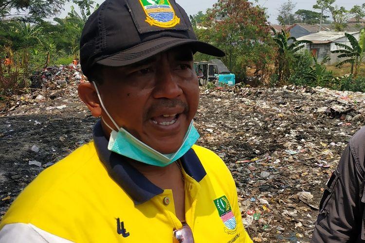Camat Tambun Selatan, Iman Santoso, saat operasi pengangkutan sampah Kali Jambe, Kabupaten Bekasi, Jumat (6/9/2019).