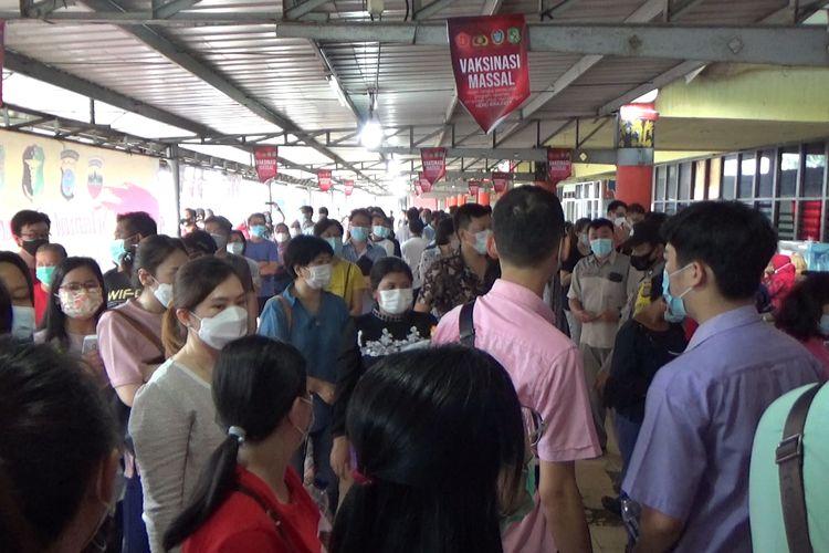 Kerumunan tak bisa terhindarkan saat seribuan orang memadati lokasi vaksinasi massal yang diselenggarakan Pemkot Medan di Lanud Soewondo, Medan, Kamis (3/6/2021)