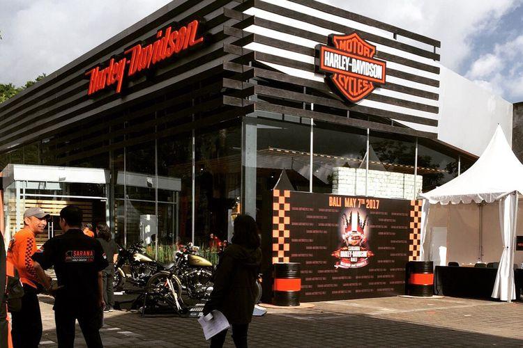 Diler Sarana Harley-Davidson berdiri di Bali.