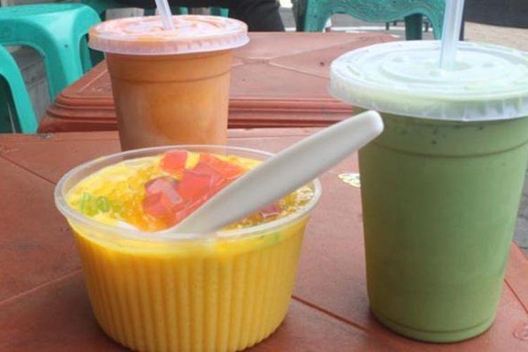 Hidangan mango dessert, ice macha latte, dan thai tea di Kedai Ling-Ling, Bandung, Jabar.