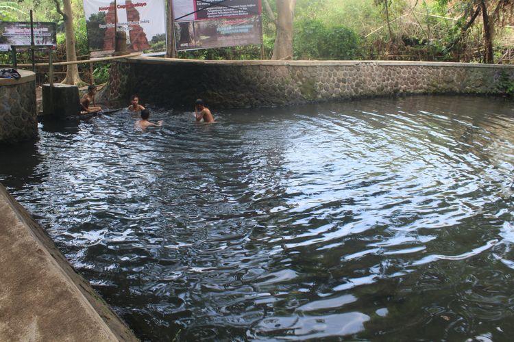Sejumlah anak kecil mandi di Sumber Umbulan, Desa Ngenep, Karangploso, Kabupaten Malang, Sabtu (17/10/2020).