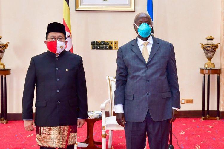 Dubes RI untuk Uganda Mohamad Hery Saripudin bersama dengan Presiden Uganda, Yoweri Museveni dalam prosesi penyerahan Kredensial di Kampala, Uganda. [Dok. KBRI Uganda]