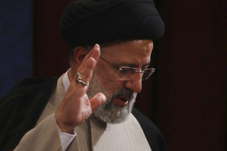Presiden terpilih baru Iran Ebrahim Raisi melambai pada akhir konferensi persnya di Teheran, Iran, Senin, 21 Juni 2021.