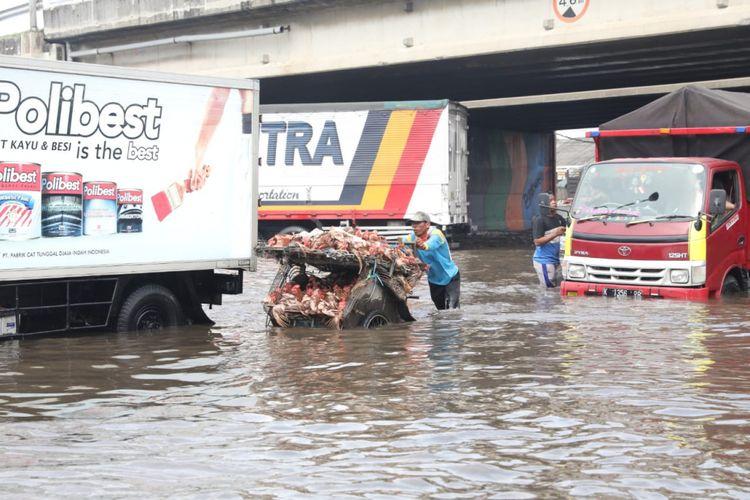 Gubernur Jawa Tengah Ganjar Pranowo mengecek lansung banjir yang terjadi di Kaligawe, Kota Semarang, Selasa (4/12/2018).