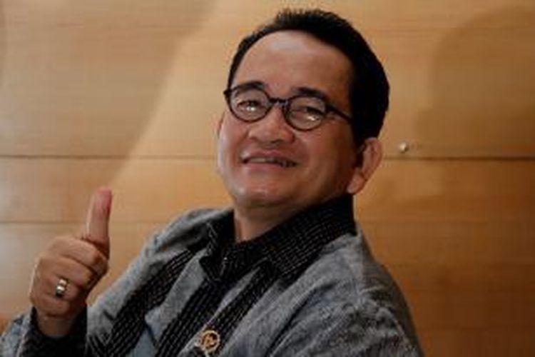 Anggota Komisi III DPR RI dari Fraksi Partai Demokrat, Ruhut Sitompul di sela melakukan perawatan rambut di Plaza Senayan, Jakarta, Selasa (3/5/2011). Selain sebagai pengacara ia juga menjabat sebagai Ketua DPP Partai Demokrat Bidang Informasi.