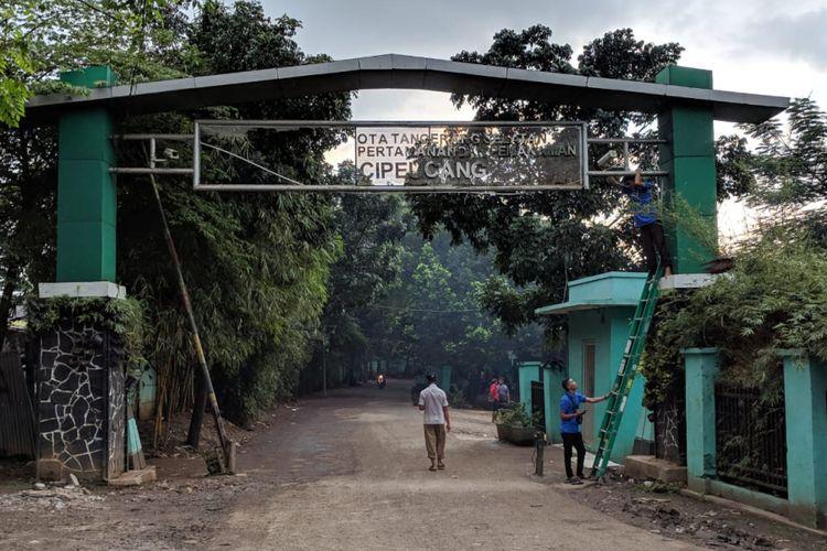 Bau busuk dari sampah-sampah yang berada di TPA Cipeucang tercium hingga ke Stasiun Serpong yang berjarak sekitar 1 kilometer dari TPA itu.