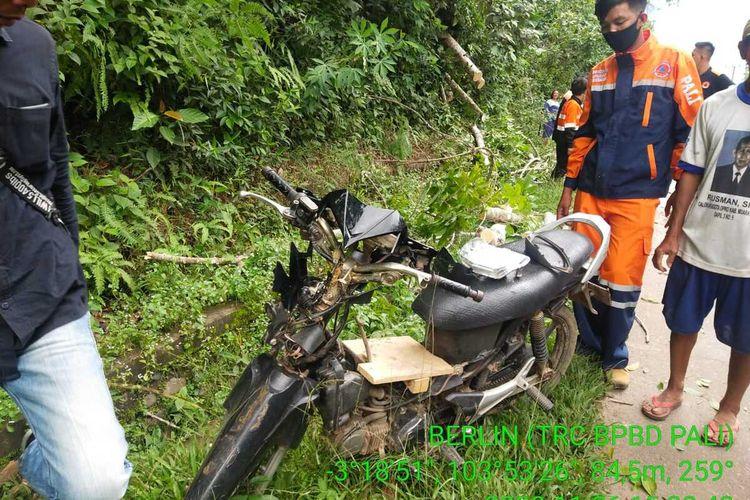 Pohon tumbang yang menimpa dua pengendara sepeda motor di Kabupaten PALI, Sumatera Selatan, Kamis (26/11/2020).