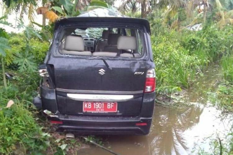 Mobil dinas yang disopiri JY, anak 16 tahun yang menabrak dan menewaskan BT (31) dan ST (5) di Jalan Raya Tebas, Kabupaten Sambas, Kalimantan Barat, Minggu (22/12/2019) pagi.