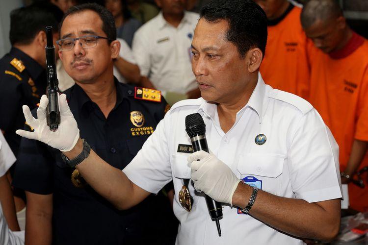 Kepala Badan Narkotika Nasional (BNN) Komjen Pol Budi Waseso memberikan keterangan pers saat gelar barang bukti pengungkapan penyelundupan narkotika jaringan internasional dari Tiongkok di gedung BNN, Jakarta Timur, Selasa (7/3/2017). Petugas BNN berhasil mengamankan tujuh tersangka dan mengamankan tiga jenis narkotika antara lain sabu seberat 48,16 kg, 3.702 butir ekstasi, dan 454 butir pil happy five, dua pucuk senjata air soft gun, tiga butir peluru ukuran 9mm, delapan mobil, dua sepeda motor, 30 telepon genggam, dan timbangan digital.