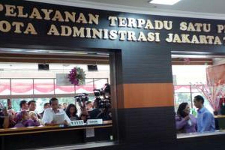 Pantulan cermin menunjukkan Gubernur DKI Joko Widodo (tengah, memegang kertas) tengah melakukan inspeksi mendadak di kantor Pelayanan Terpadu Satu Pintu (PTSP) Gedung Pemerintah Kota Jakarta Timur, Selasa (16/7/2013) sore.
