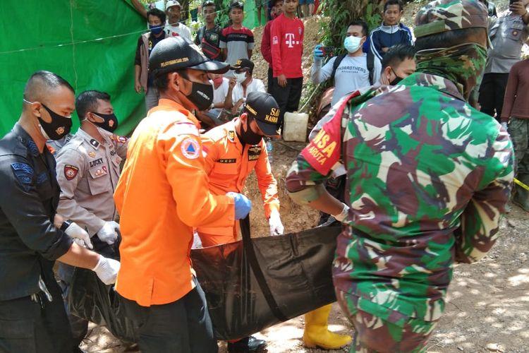 Tim gabungan mengevakuasi jenazah penambang yang tertimbun longsor dalam lubang tambang sedalam 60 meter di Kelurahan Pangkut, Kotawaringin Barat, Kalimantan Tengah, Jumat (20/11/2020).