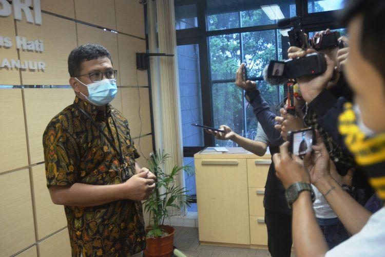 Pimpinan Cabang BRI Cianjur Yoni Ariyanto saat memberikan keterangan kepada wartawan, Selasa (6/4/2021). Penjelasan terkait kasus dugaan kejahatan skimming yang menimpa sejumlah nasabah BRI.