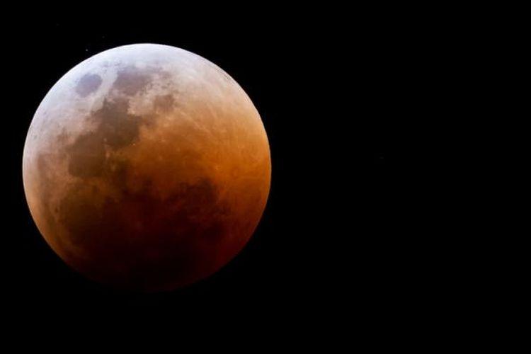 Blood moon yang terjadi pada tahun 2011