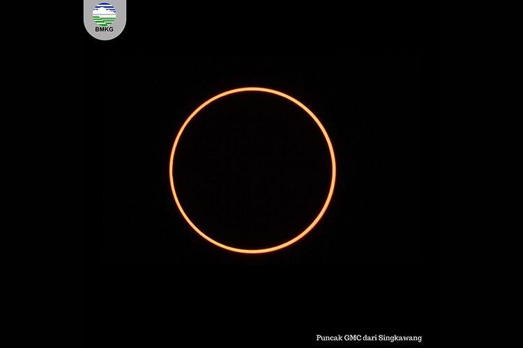 Penampakan puncak gerhana matahari cincin yang diabadikan oleh Tim BMKG dari Singkawang, Kalimantan Barat, Kamis (26/12/2019). Menurut daftar yang dirilis BMKG, fenomena astronomi gerhana matahari cincin akan melewati 25 kota/kabupaten di Indonesia pada Kamis hari ini.