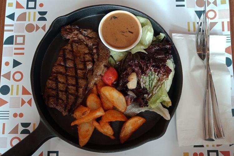 Rib Eye, salah satu menu dari Relish Bistro. Restoran yang terletak di Gedung Fraser Residence Menteng, Jakarta yang bisa menjadi salah satu alternatif tempat bersantai di jantung Kota Jakarta.