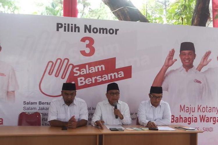 Tim pemenangan pasangan calon gubernur dan wakil gubernur nomor pemilihan tiga Anies Baswedan-Sandiaga Uno saat menggelar konferensi pers di terkait Posko Cicurug, Menteng, Jakarta Pusat (13/2/2017l. Konpers digelar sampai tingkat itangkapnya pembuat brosur berisi kampanye hitam terhadap Anies-Sandi di Jakarta Timur, dan berlanjut dengan ditemukannya 900.000 eksemplar brosur berisi hal yang sama di Jakarta Barat.