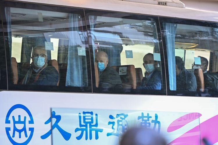 Sejumlah tim berisi pakar internasional yang diutus Badan Kesehatan Dunia (WHO) meninggalkan pusat karantina di Wuhan, China, pada Kamis, 28 Januari 2021. Mereka akan segera menggelar penyelidikan untuk mengungkap asal usul Covid-19.