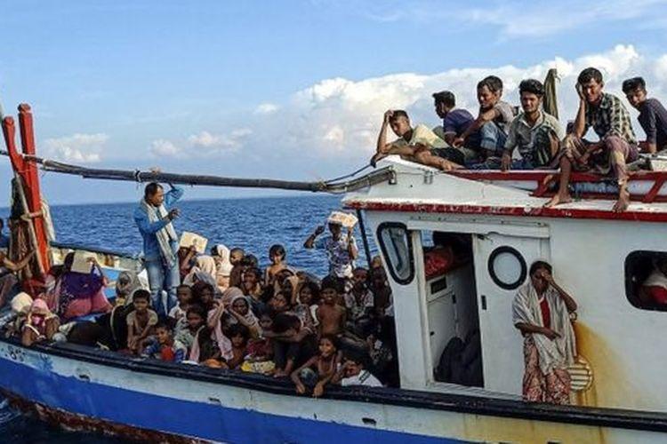 Sebanyak 94 orang pengungsi etnis Rohingya, terdiri dari 15 orang laki-laki, 49 orang perempuan dan 30 orang anak-anak ditemukan terdampar sekitar empat mil dari pesisir Pantai Seunuddon, Kabupaten Aceh Utara, pada Rabu (24/06).