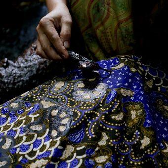 Ilustrasi batik - Seorang pembuat batik di Lasem, Kabupaten Rembang, Jawa Tengah.
