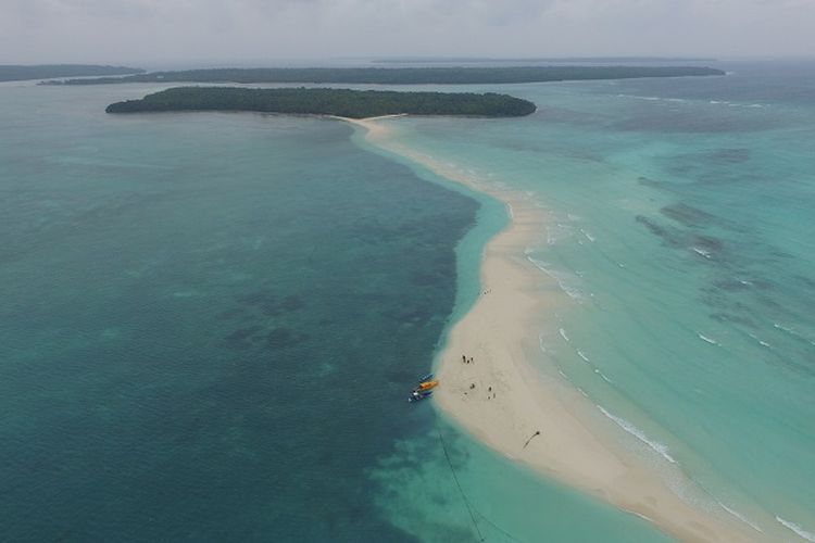 Pantai Ngurtavur di Kepulauan Kei, Maluku Tenggara.
