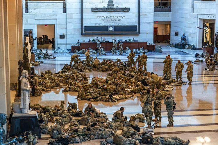 Ratusan pasukan Garda Nasional siaga 24 jam di dalam Pusat Pengunjung Capitol untuk memperkuat keamanan di Capitol di Washington, Rabu, 13 Januari 2021.