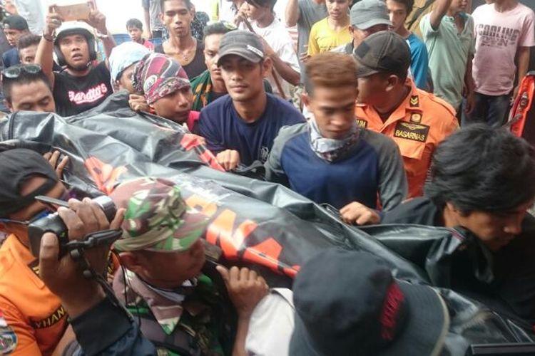 Pekerja proyek Dam di Dompu yang tewas terseret banjir saat di evakuasi petugas