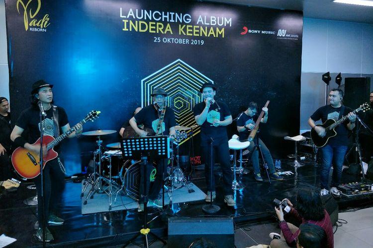 Padi Reborn berduet dengan Menteri Perhubungan Budi Karya Sumadi dalam peluncuran album baru Indera Keenam di Stasiun MRT Bundaran HI, Jakarta Pusat, Jumat (25/10/2019).