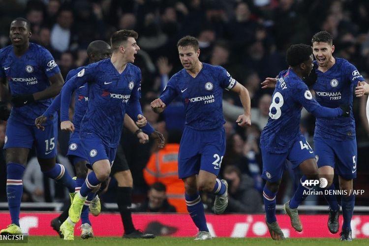 Para pemain Chelsea merayakan gol Jorginho ke gawang Arsenal pada laga Liga Inggris di Stadion Emirates, Minggu (29/12/2019).