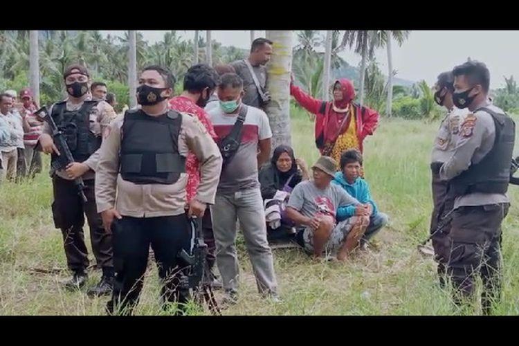 Keluarga Bojes (ibunya menggunakan jilbab hitam, neneknya jilbab merah, turut menyaksikan saat jenazah di masukan ke dalam mobil ambulance menuju Palu, Selasa (17/11/2020)